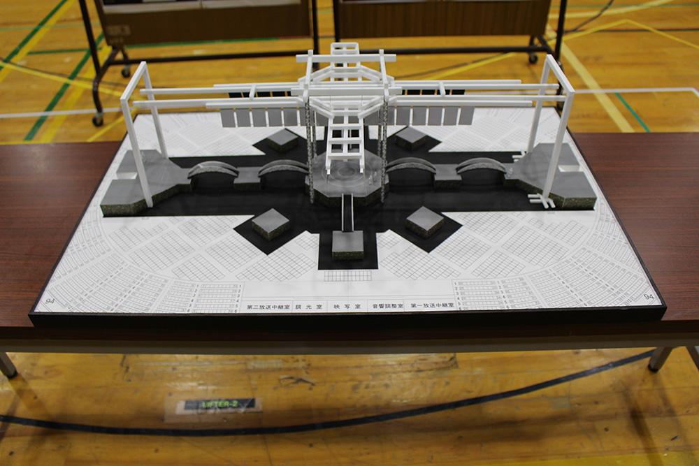 ステージが十字型に配置された360度セット。内側のブリッジは人を乗せて昇降することも。上下に可動する「のれん」状のロールスクリーンには様々な映像が投影される。