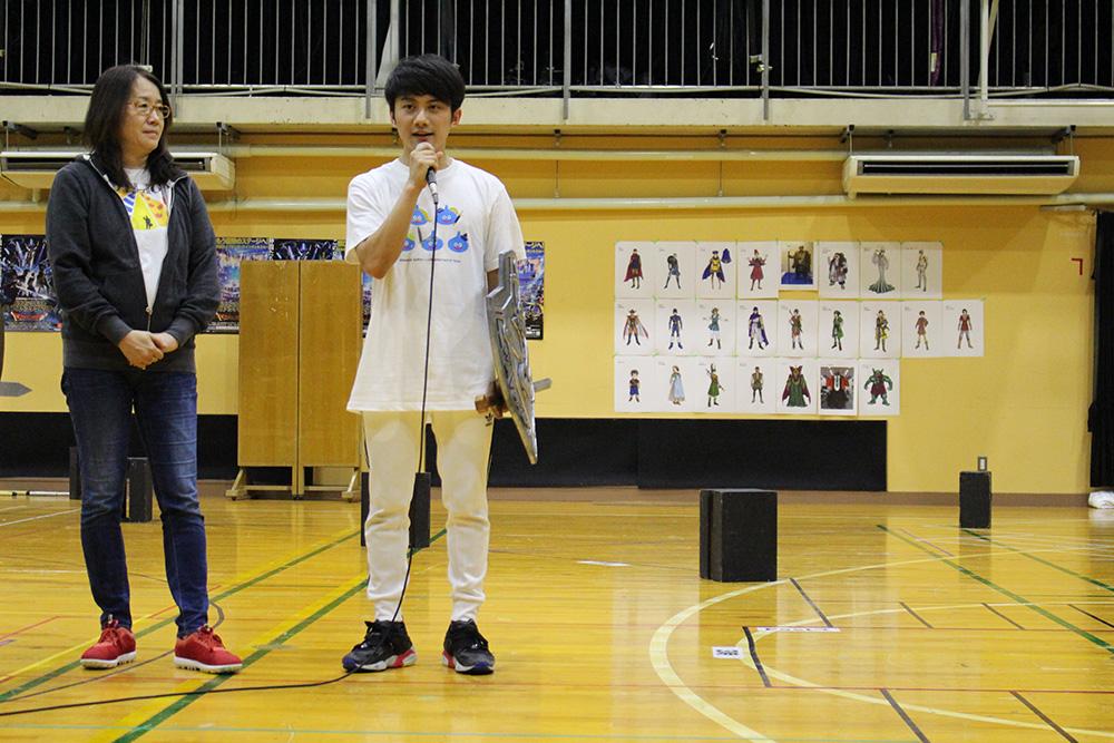勇者役の松浦司と演出担当の金谷かほり。背後には本公演に使用される衣装の資料が張られている。