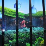 背景や呪文などの動画が映しだされるスクリーンは透過型となっており、内側のキャラクターがハッキリ見える。