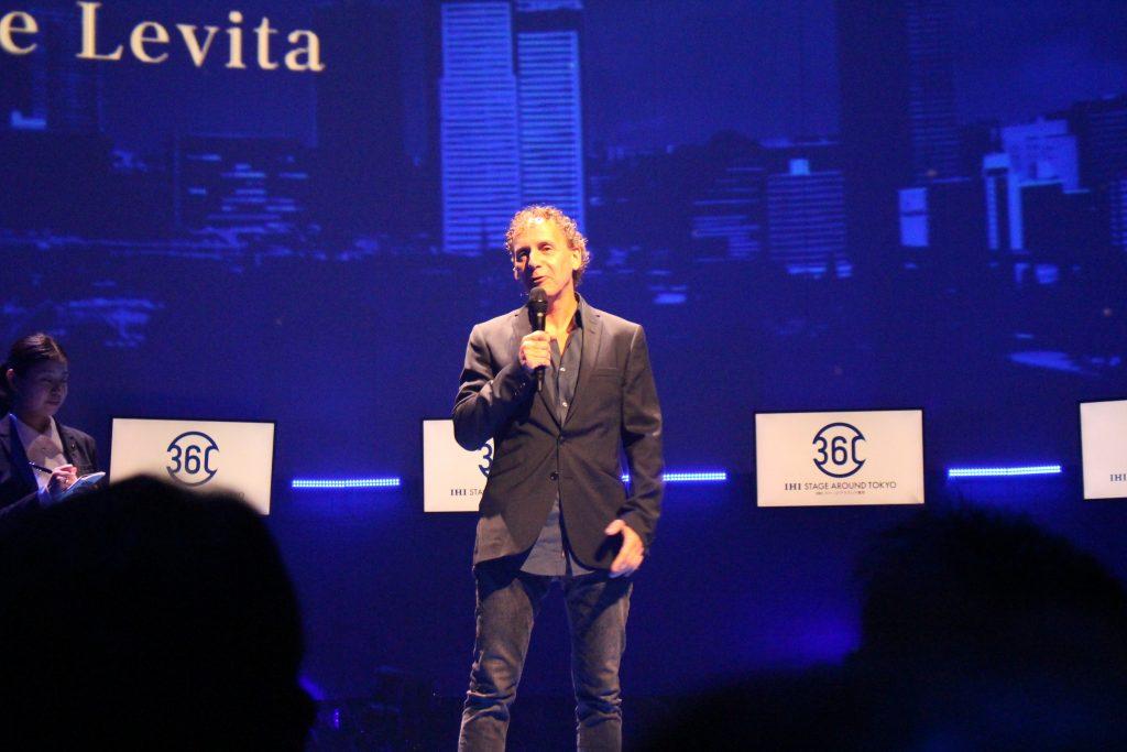 ステージアラウンドの産みの親で劇場プロデューサーのロビン・デ・レヴィータ。