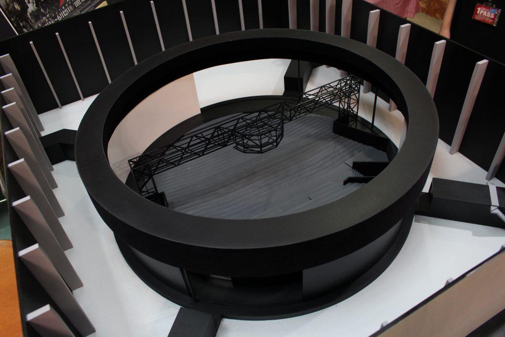 会場となる「IHIステージアラウンド東京」の模型。客席を囲む形で予報に巨大なステージが設置される。