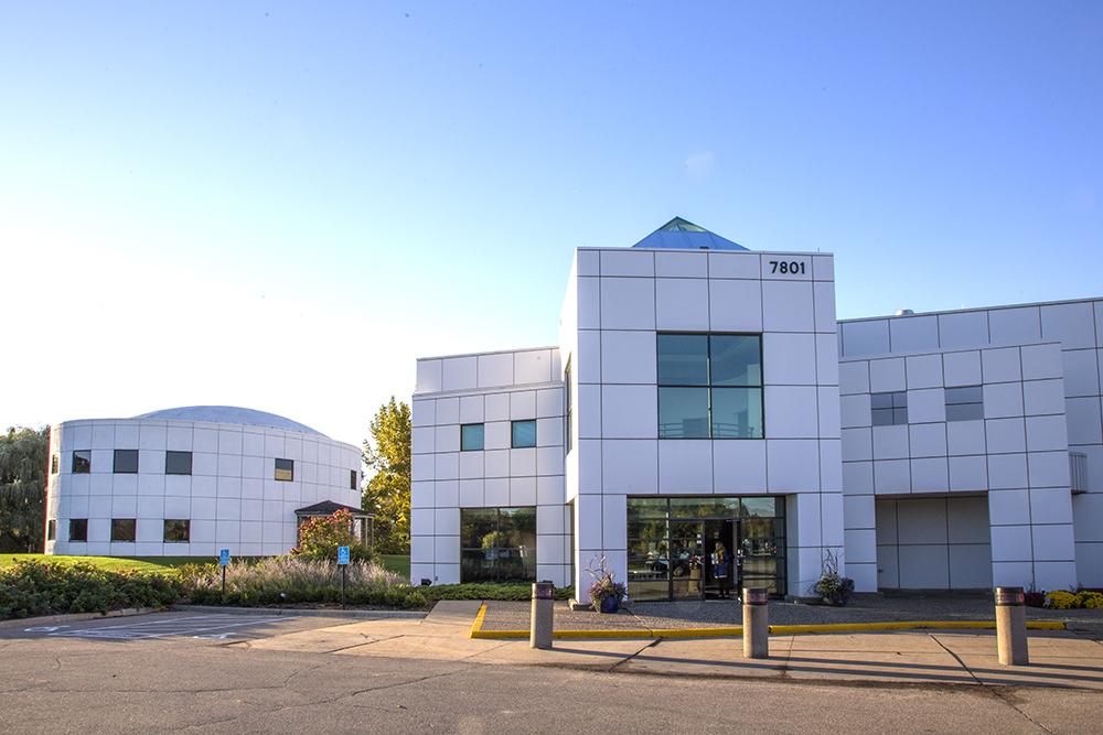 右側の建物がスタジオと自宅、左側の円形の建物がコンサート・ホール