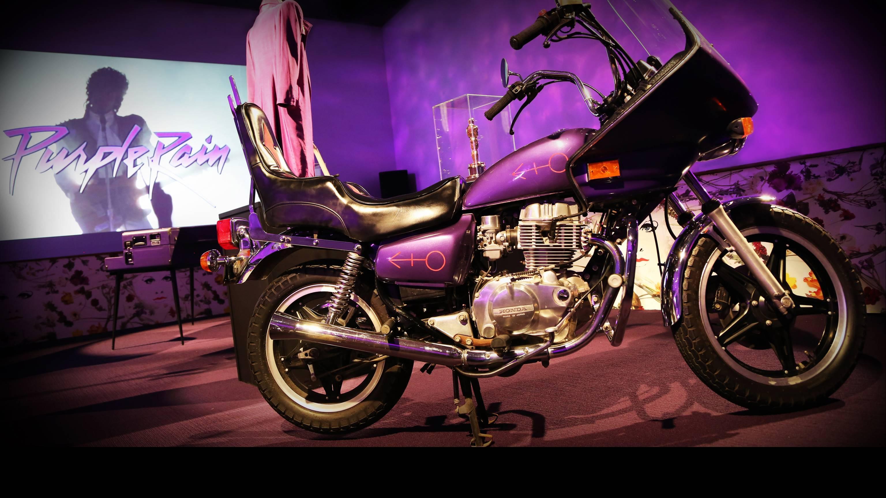 パープル・レイン・ルームに展示された映画に登場した紫のモーターサイクル photo courtesy of Paisley Park - NPG Records