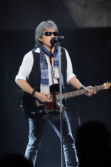 ライブでギターを弾く浜田省吾